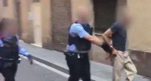 Imagen de los mossos d'Esquadra con el detenido