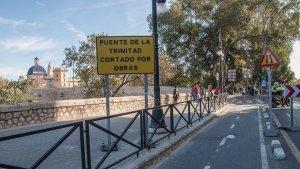 Imatge del cartell que informa del tall del Pont de la Trinitat