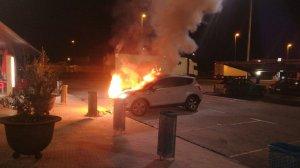 Imatge del cotxe incendiat a l'AP-7 a Tarragona