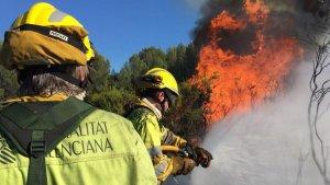 Imatge dels bombers treballant a l'incendi de Cabanes