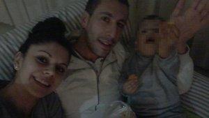 Jessica i Immanol junt al seu fill de quatre anys
