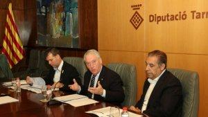 Josep Poblet, entre els vicepresidents Cruset i Masdeu, ha presentat els pressupostos per al curs 2018