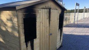 La caseta de l'estació altafullenca presenta aquest aspecte després de ser cremada