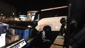 L'autobús penjant amb dues rodes sobre el mar