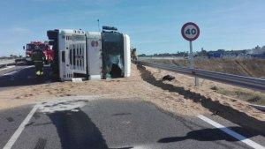 L'estat en què ha quedat el camió accidentat.