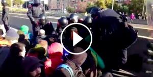 Manifestants arrossegats per terra
