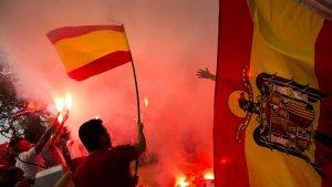 Manifestants d'ultradreta cremen estelades durant una manifestació el 12 d'octubre.