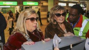 María Teresa Campos y su hija Carmen Borrego facturando su equipaje