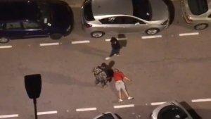 Membres de la colla d'agressors al costat de l'home inconscient en el sòl