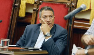 Miquel Sàmper mirant el portaveu de TeC, Xavi Matilla