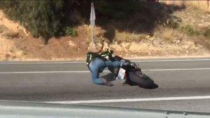 Moment en què el motociclista perd el control
