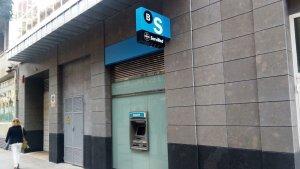 Moody's diu que CaixaBank i Banc Sabadell mantenen riscos malgrat el canvi de seu
