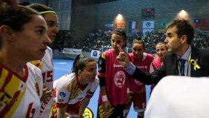 Pérez, ajupida, rep instruccions de l'entrenador durant el darrer partit de la selecció