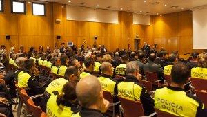 Pla general del saló de plens de l'Ajuntament de Cambrils durant la celebració de la festa patrona