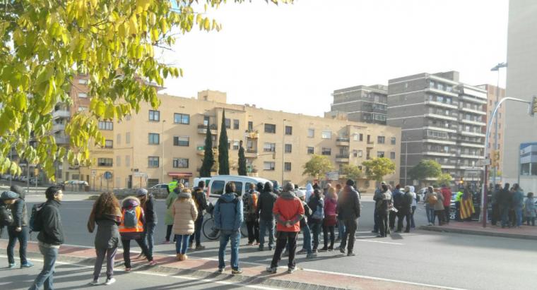 Els piquets tallant l'N-II a Lleida