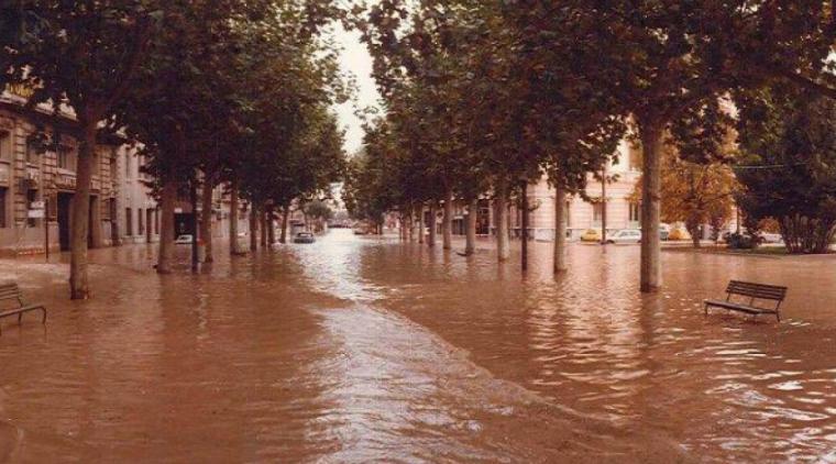 Rambla Ferran plena d'aigua per la riuada