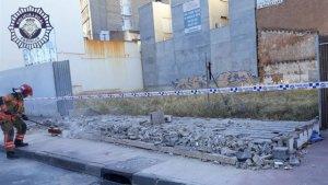 Així ha quedat el mur després de derrombar-se
