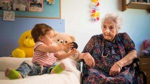 Ana Vela Rubio, amb 110 anys, al costat d'un nen