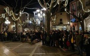 Desenes de persones van assistir a la concentració a la plaça Major de Montblanc.