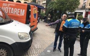 Dos agents de la Guàrdia Urbana de Reus notificant la sanció al militant de Ciutadans.