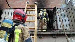 El foc s'ha donat per apagat a les 10.43 hores i sense que cap persona resultes ferida