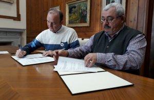 El president de Creu Roja de Valls, Joan Miquel Sancho, i el primer tinent d'alcalde i regidor de Serveis Socials, Jordi Cartanyà, han signat aquest migdia el conveni.