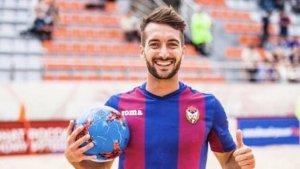 El torrenc Llorenç Gómez somriu amb la samarreta del CSKA de Moscou