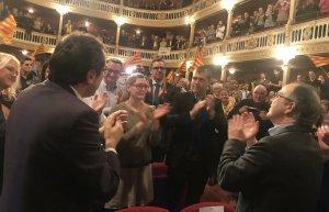 Els dos consellers ovacionats en la seva arribada al Teatre Bartrina de Reus.