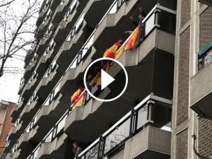 Espanyols en un balcó de Brussel·les
