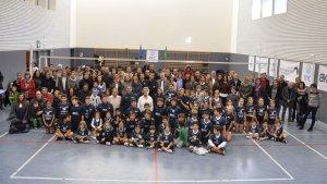 Foto de família amb tots els integrants del nou club de voleibol salouenc