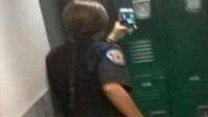 Fotografía de la policía haciéndose un 'selfie' en el espejo