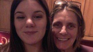 Imagen de Dana junto a su madre.