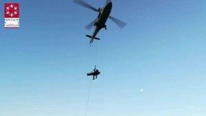 Imatge del moment en què l'helicòpter rescatava a la víctima