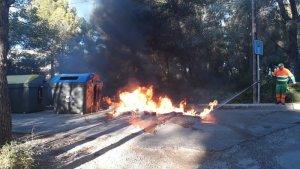 Imatge dels contenidors incendiats a Calp