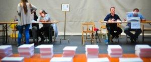 Imatge d'un col·legi electoral de Reus, amb les meses ja operatives.