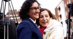 La número dos de la candidatura d'ERC al 21-D, Marta Rovira, abraça la número 4 i presidenta del Parlament, Carme Forcadell