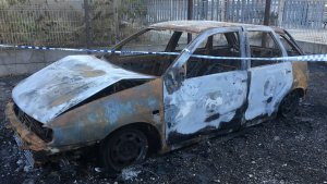 Les restes del vehicle cremat segueixen a l'aparcament de l'estació