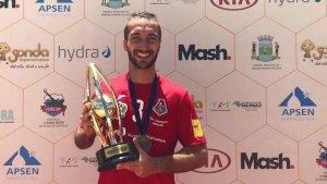 Llorenç Gómez posa amb el trofeu del Mundial de Clubs disputat al Brasil