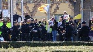Manifestants a la porta de l'auditori, a Salou