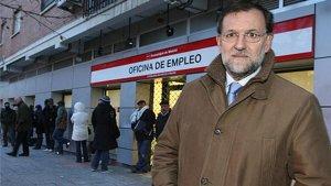 Mariano Rajoy posando frente a una oficina de empleo.