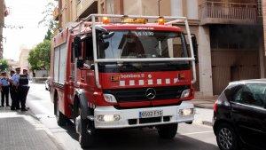 Un camió dels Bombers de la Generalitat i una patrulla dels Mosssos d'Esquadra.