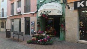 Un comerç del carrer d'Antoni Roig de Torredembarra, sense llum.