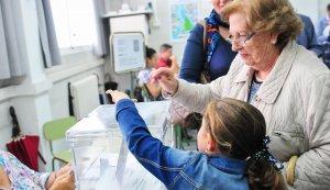 Un dona i una nena voten a Reus, en una imatge d'arxiu.