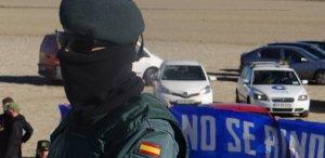Un guàrdia civil vigila l'espai entre republicans i els ultres