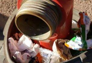 Una sortida d'aigua d'emergència per als Bombers plena d'escombraries, al carrer Colom de Terrassa