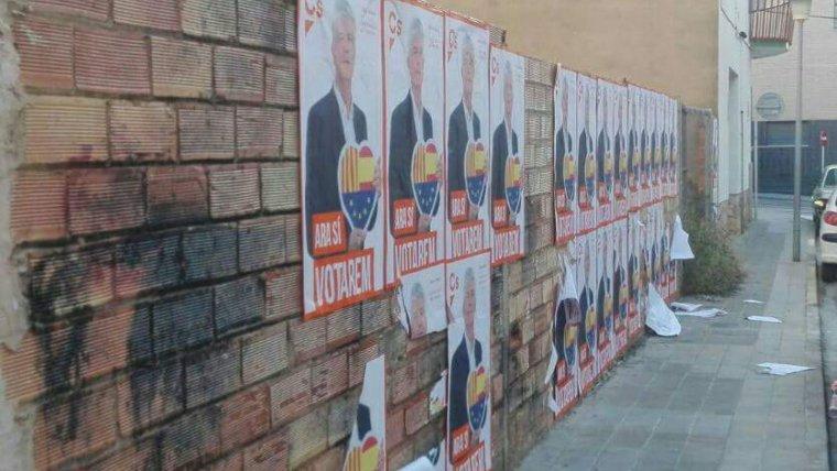 L'enganxada massiva de cartells a indrets no permesos ha encès novament les xarxes a la Torre