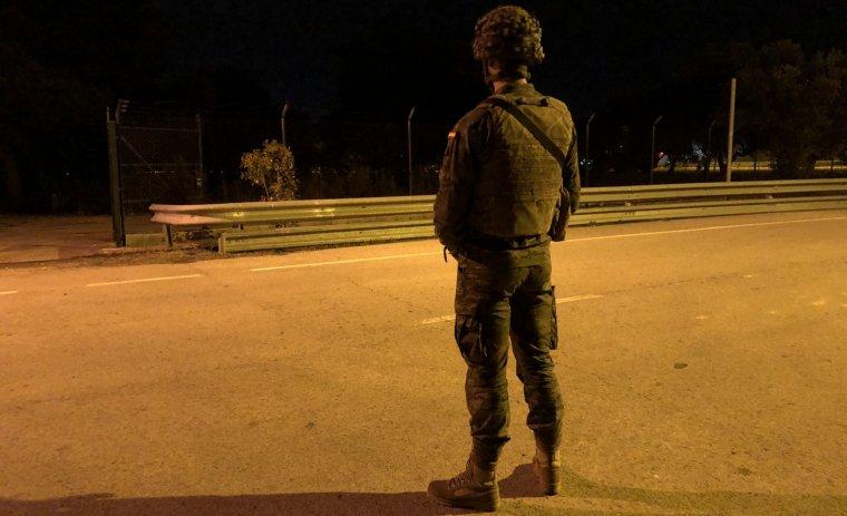 Un dels militars a l'aeroport de Reus aquest diumenge.