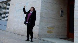 Anna Durango, assenyalant amb el dit el seu pis a la venda, a l'avinguda de Roma, que es pot adquirir per bitcoins.