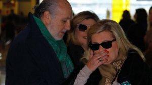 Imagen de Carmen Borrego llorando desconsolada en el aeropuerto.