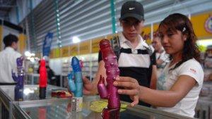 Imagen de una mujer en un mercado de juguetes eróticos.